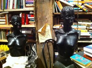 Les mannequins sont partout entre les livres et les vêtements