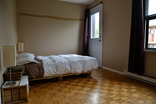 Le lit dans la grande chambre