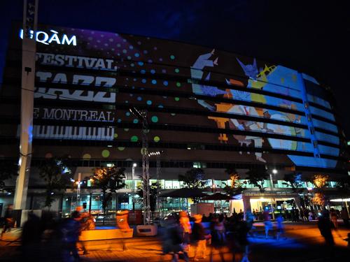 La scénographie du festival sur la façade de l'UQAM