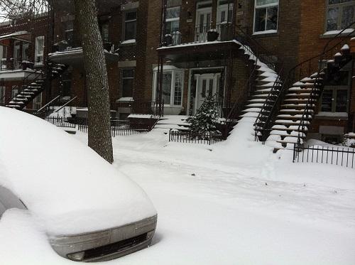 Les escaliers et les voitures sont couvertes