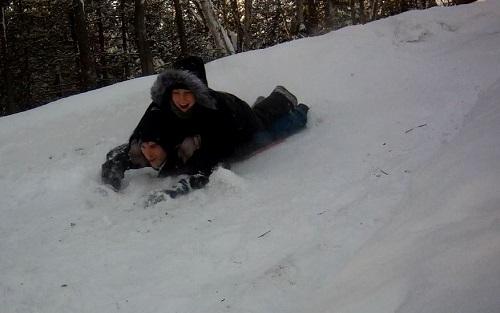 Martin mange un peu de neige au passage