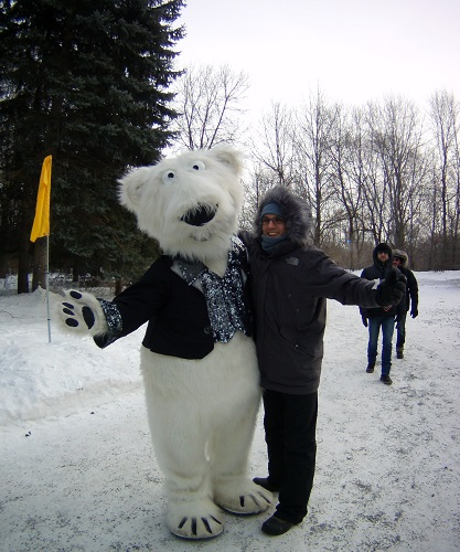 Câlin avec un ours blanc