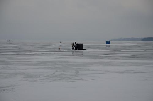 En hiver, sur la lac Champlain, il n'est pas rare de voir des cabines de pêche