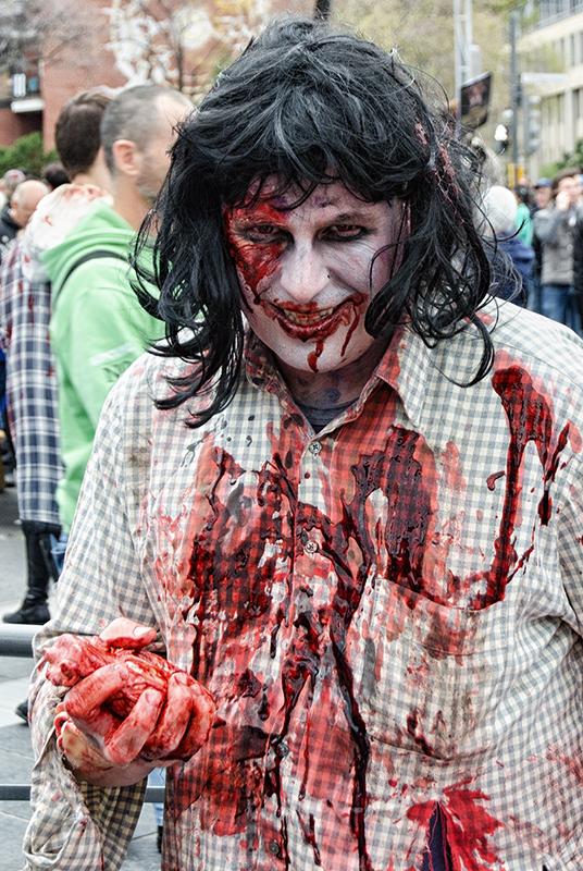 Un zombie en train de diner !