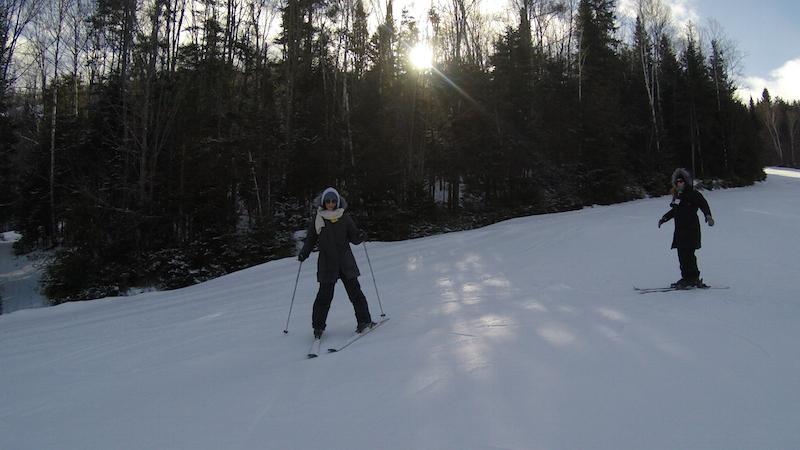 Marion et Virginie font du ski