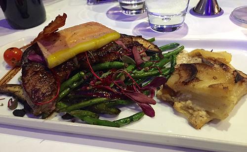 Foie de veau de lait et foie gras, joint à sa poêlée de légumes et portobello, ses chips de lardons et son gratin dauphinois
